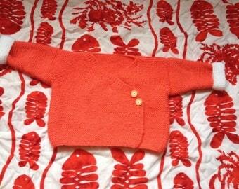 Cache coeur 3 mois orange et blanc, tricoté main