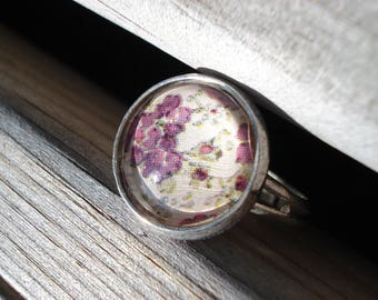 Ring cabochon round purple flowers