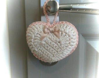 Heart door cushion made in crochet.