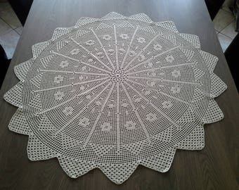 Round doily in ecru cotton