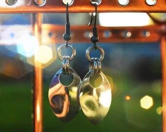Simple scale dangle earrings