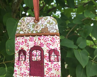 Adorable Keychain depicting a House (fdpc)