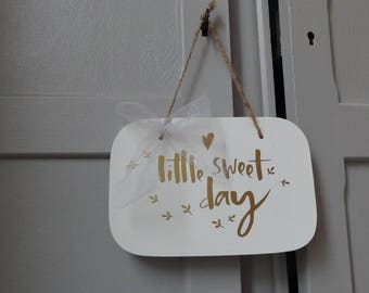 "Door plaque - wall decor ""Little Sweet Day"" - white & gold"
