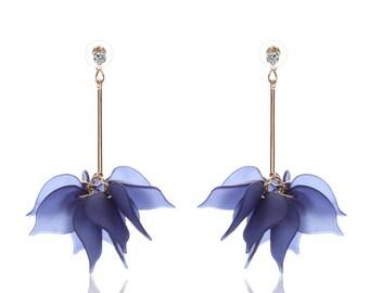 Boucle d'oreille doré pétale bleu marine acrylique.