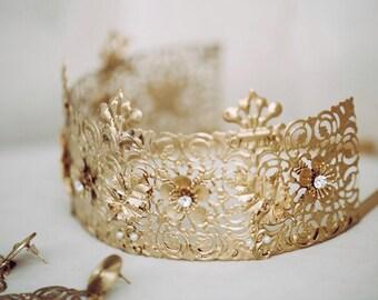 Minimalist crown and earrings