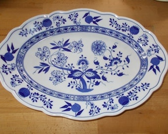 Platter/Cake platter with blue and white well-known décor