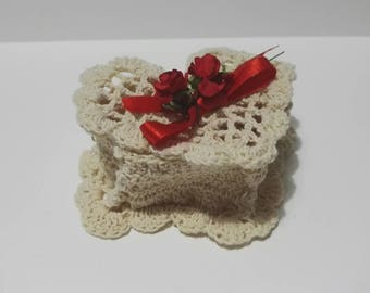 Jewelry box in crochet cotton with floral application
