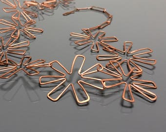 copper DAISY CHAIN flower necklace . garden party jewelry . bold statement necklace . fun flower jewelry . copper wire flower . wire jewelry