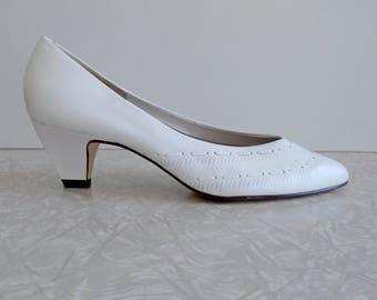 westie's white leather heels, womens size 8.5, stitching & cut details, 80s low heels, recital pumps, vintage wedding shoes, vintage bridal