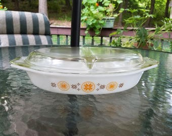 PYREX 'Town and Country' Pattern ~ 1.5 QT. Divided Dish ~ With Clear Glass Lid