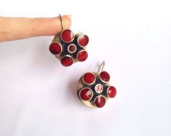 Brecciated Jasper & silver circular drop pierced earrings / 90s red black marbled tumbled polished stone round earrings