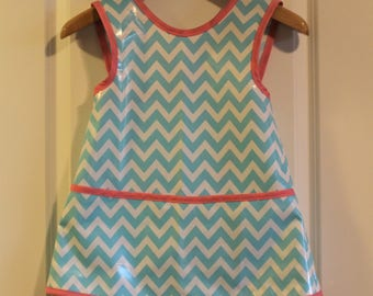 LAST ONE 6/7 Criss Cross Back Girls Art Smock Kids Waterproof Art Apron in Blue and White Zig Zags