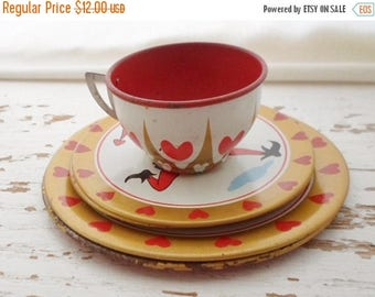ON SALE Vintage 1950s Queen Of Hearts Tin Litho Toy Dishes, 1 Tea Cup, 4 Saucers, 2 Plates, Retro, Toy Dishes, 50s, Toy, Play Dishes, Child