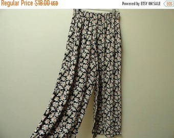 SALE Floral 90s Pants - Boho style - Loose fitting - Vintage Size S-M