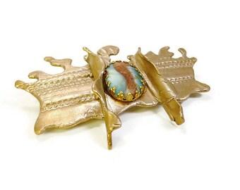 Broche ethnique chic en bronze doré satiné à cabochon de verre mat