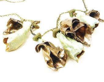 Collier tour de cou en clochettes de bronze doré et de céramique vert amande sur chaîne