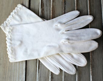Vintage! Gloves. White. Ruffle. Pretty gloves! 1960s! Wedding.