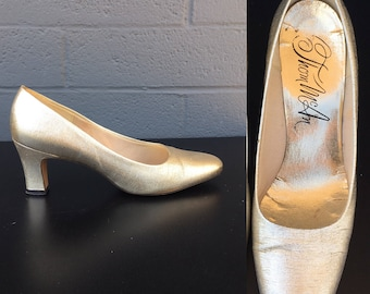Size 6 Gold Thom McAn pumps metallic size 5.5 Sixties Mod party shoes lame' heels hostess