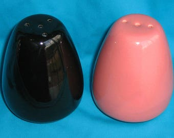 bauer pottery vintage j a bauer california Monterey Moderne salt pepper shakers BLACK PINK True Pair S&P shaker set mid century modern