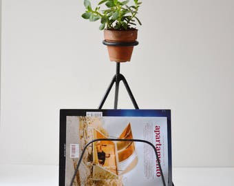 1970's 2-in-1 french magazine and plant holder made from steel rods wrapped together. Mid century furniture.