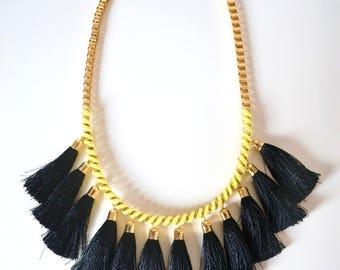 Collier ethnique pompons noir suédine tressé jaune et doré, collier jaune, collier pompons, cadeau original femme