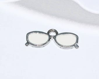 Breloque lunettes de soleil en émail et métal argenté