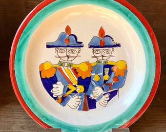 """Vintage Mid Century DE SIMONE  Plate 10 3/8"""" Pair of Soldiers Signed Made in Italy"""