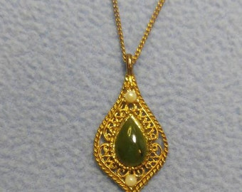 "Jade and Pearl Necklace~Goldtone 18"" Chain"