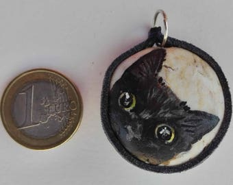Hand painted natural stone pendant with an animal motif (black cat), original and unique, craftsman work. Vegan product.