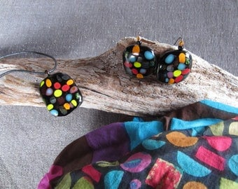 Set scarf, necklace and earrings in multicolor glass on black background