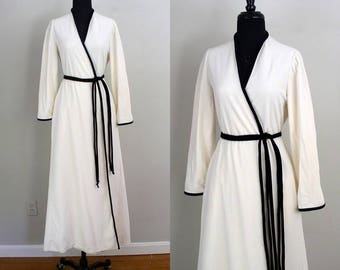 Vintage 1970's Vanity Fair Robe / 70's does 30's Glam Black & Ivory Fleece Robe / Hollywood Regency Style Dressing Gown