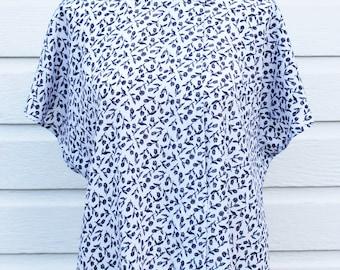 Vintage Womens Blouse Short Sleeve Top 90s  // Size L Large // Johnathan Martin // White Blue Floral Print // Dolman // Flowers