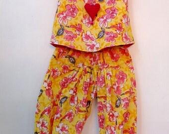 Ensemble débardeur et pantalon petite fille en coton jaune et  rose imprimé fleurs , doublée de coton uni rose