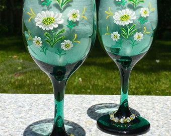 Wine Glasses Hand Painted Green Glasses White Daisies and Wine Glass Charms Set of 2, Summer Glasses, Wedding Shower Gift, Engagement Gift