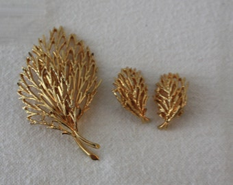 Sarah Coventry Set Brooch and Clip On Earrings 1980s Gold Toned Swirl Design