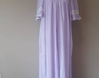 M / Gilligan & O'Malley (Donna Richard) Nightgown . Gown / Purple / Violet / Vintage / Lace Trim / Dolman Sleeves / Medium