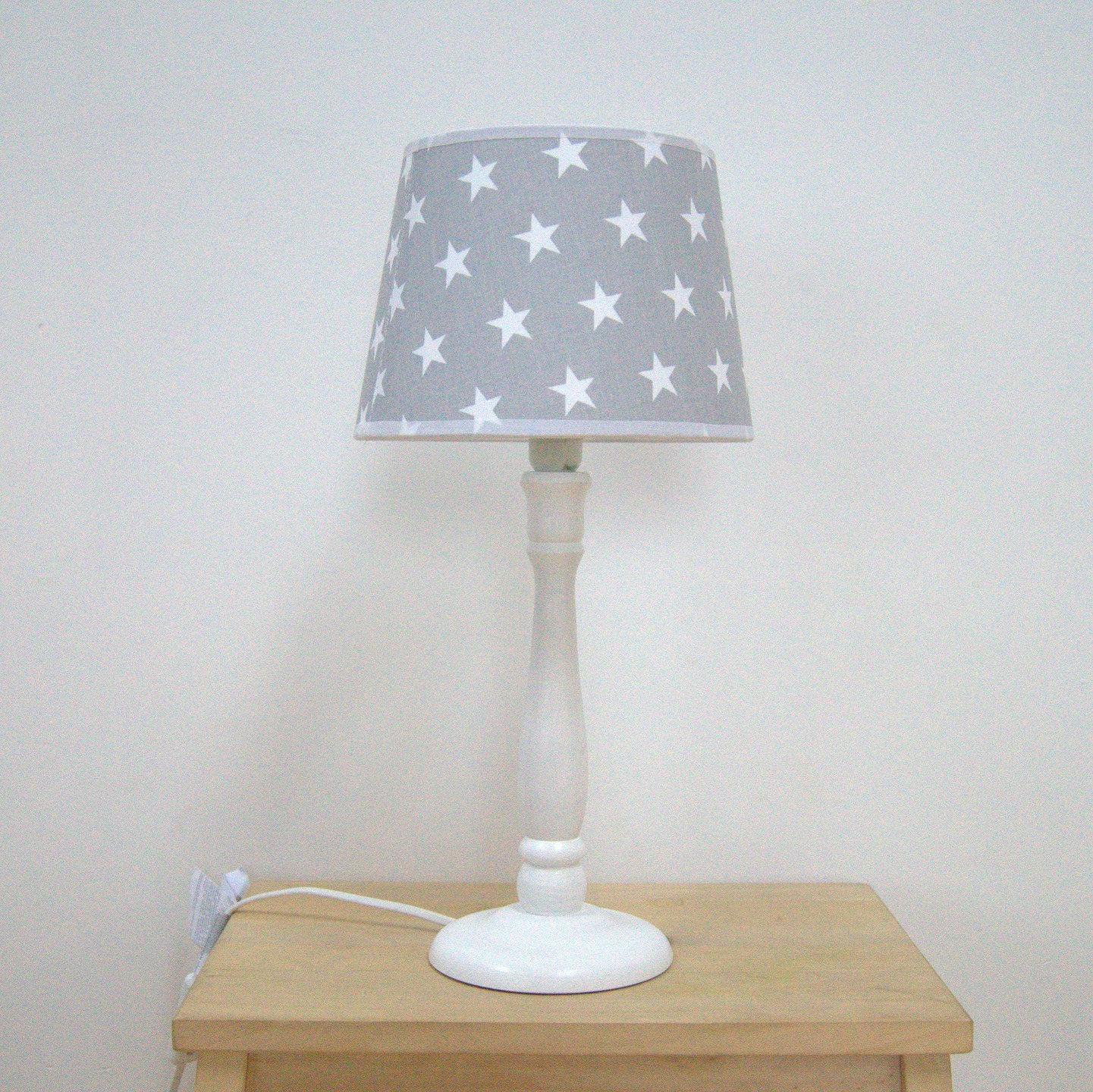 lampe de chevet avec abat jour pour une chambre d 39 enfant. Black Bedroom Furniture Sets. Home Design Ideas