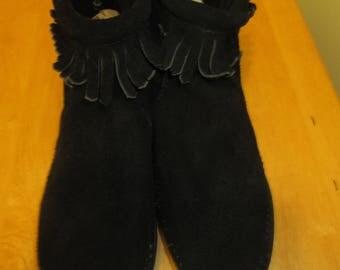 Vintage Minnetonka short ankle length black fringed suede back zipped moccassins. Made in USA Minnetonka moccasins, Size 6 1/2