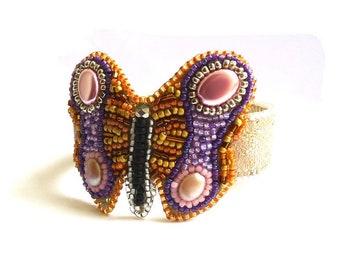 Bracelet rose décor papillon en perles brodées