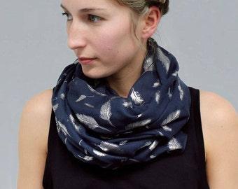 Foulard en bleu foncé avec des plumes de feuille d'argent métallique, écharpe de Blanket, cadeau pour elle, les femmes foulards, écharpe d'été, automne, écharpe de plume