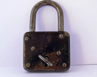 Working padlock with key . Cottage chic . Rust and patina . Cast iron decor .