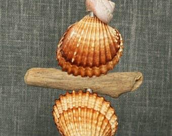 Totem de mer décoratif en coquillages et bois flotté