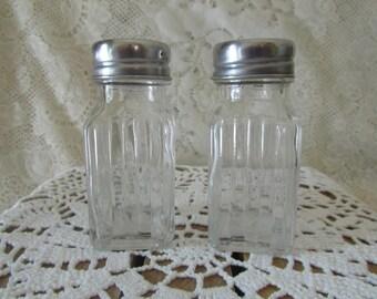 Salt And Pepper Shakers Clear Ribbed, VINTAGE Salière Et Poivrière En Verre Clair, Depression Glass,Collectible Salt And Pepper Shakers