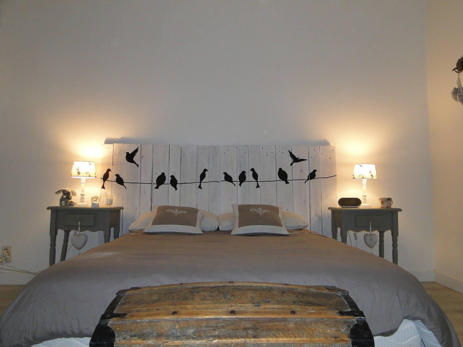 t te de lit en bois motifs oiseaux blanc c rus. Black Bedroom Furniture Sets. Home Design Ideas