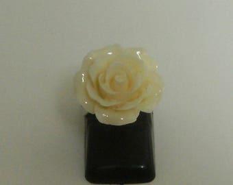 * CLEARANCE * (ba116) ecru flower resin cabochon ring