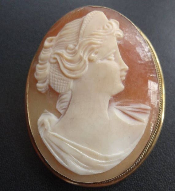 Lovely vintage 800 Silver Gilt gold carved shell cameo lady   pendant brooch