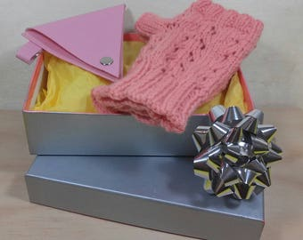 Gift for woman: mittens and pink wallet - Christmas gift idea