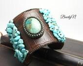 Manchette en cuir brun façon croco, brodée de turquoise africaine et cabochon de chrysocolle serti de perles, style ethnique, esprit jungle