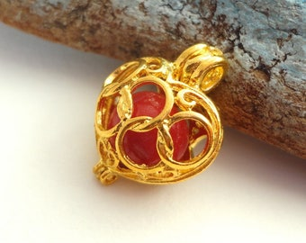 Pendant or pregnancy's bola, golden heart, Brazil red buri seed