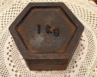 Vintage cast iton 1kg kitchen scales weight.